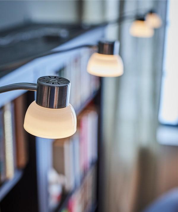 利用宜家 LINDSHULT 林舒 LED橱柜照明灯照亮道路,轻松找到你要找的书。橱柜照明灯光线比较柔和,可以在房间里营造出怡人的氛围。