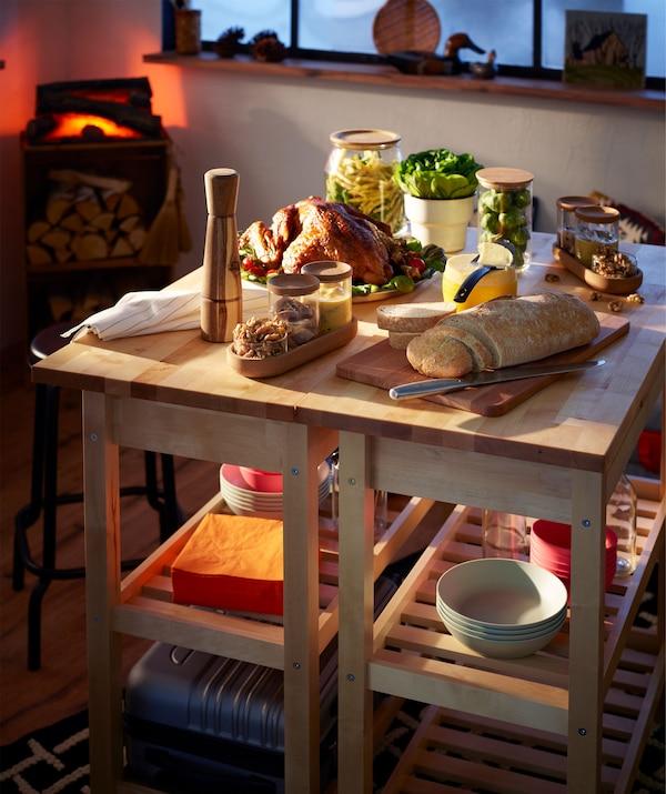 两个并排停放的厨房推车上摆放着品种丰富的小型自助餐,后面还有一个仿真壁炉。