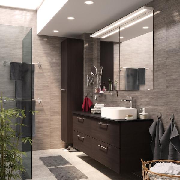 两个 GODMORGON 古德莫 洗脸池柜和一个黑褐色 GODMORGON 古德莫 高柜赋予整个浴室简洁和谐的外观。