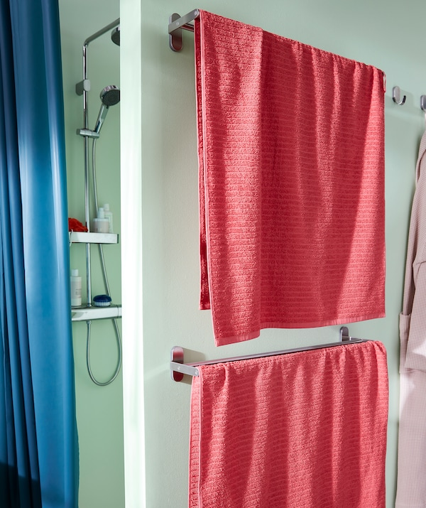 淋浴花洒隐藏在部分墙体后。淋浴墙外侧安有两个毛巾架。