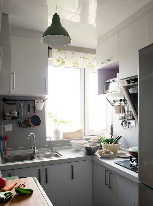 Litao和Tianye用厨房岛台做工作台面。