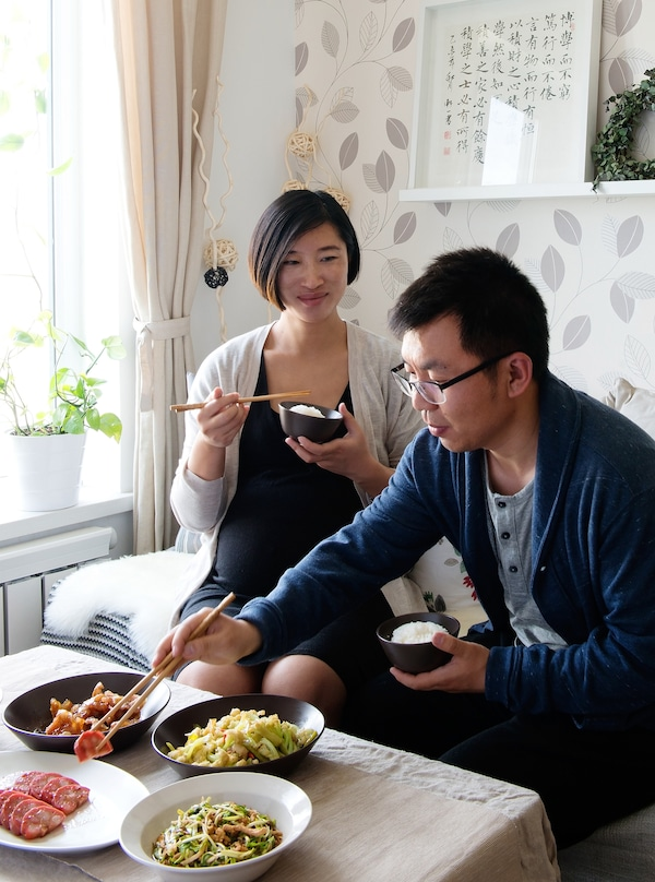 Litao和Tianye坐在沙发上共进晚餐。