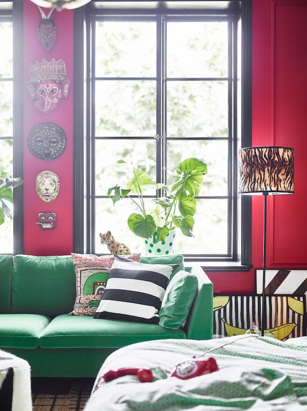 绿色的沙发和墙壁上的面具让这间卧室更别具一格。