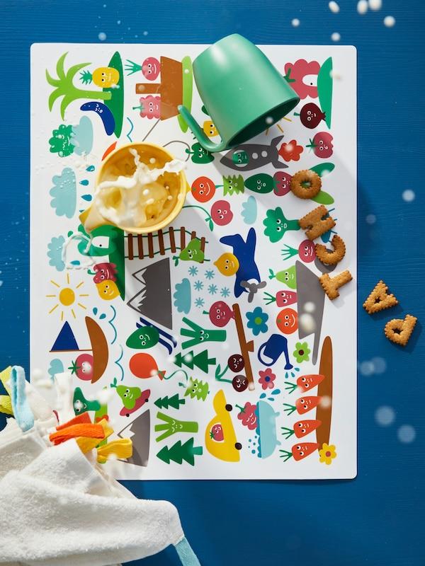MATVRÅ 玛特弗罗 儿童餐垫饰有五颜六色的蔬菜图案,还有饰有牛奶、饼干和衣服图案的儿童塑料杯。