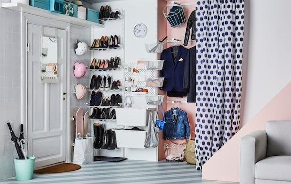 门边的门厅里井井有条地摆放着一家三口的鞋子、大衣和其他物件