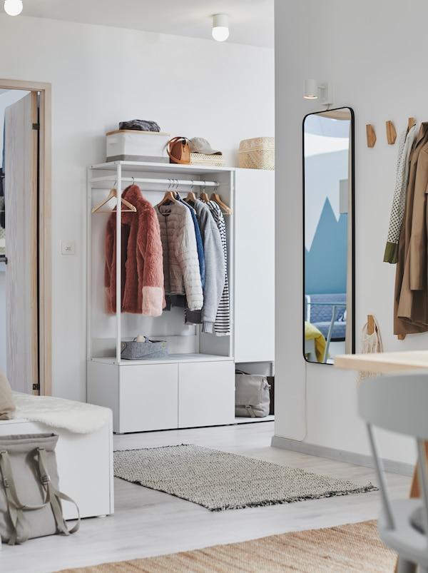 门厅内部用于挂放或存放衣物的位置,包括一个白色的PLATSA 普拉萨 衣柜。