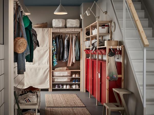 门厅内配红色储物柜、白色灯具、两块黄麻毯、白色鞋架和米色松木搁架单元。