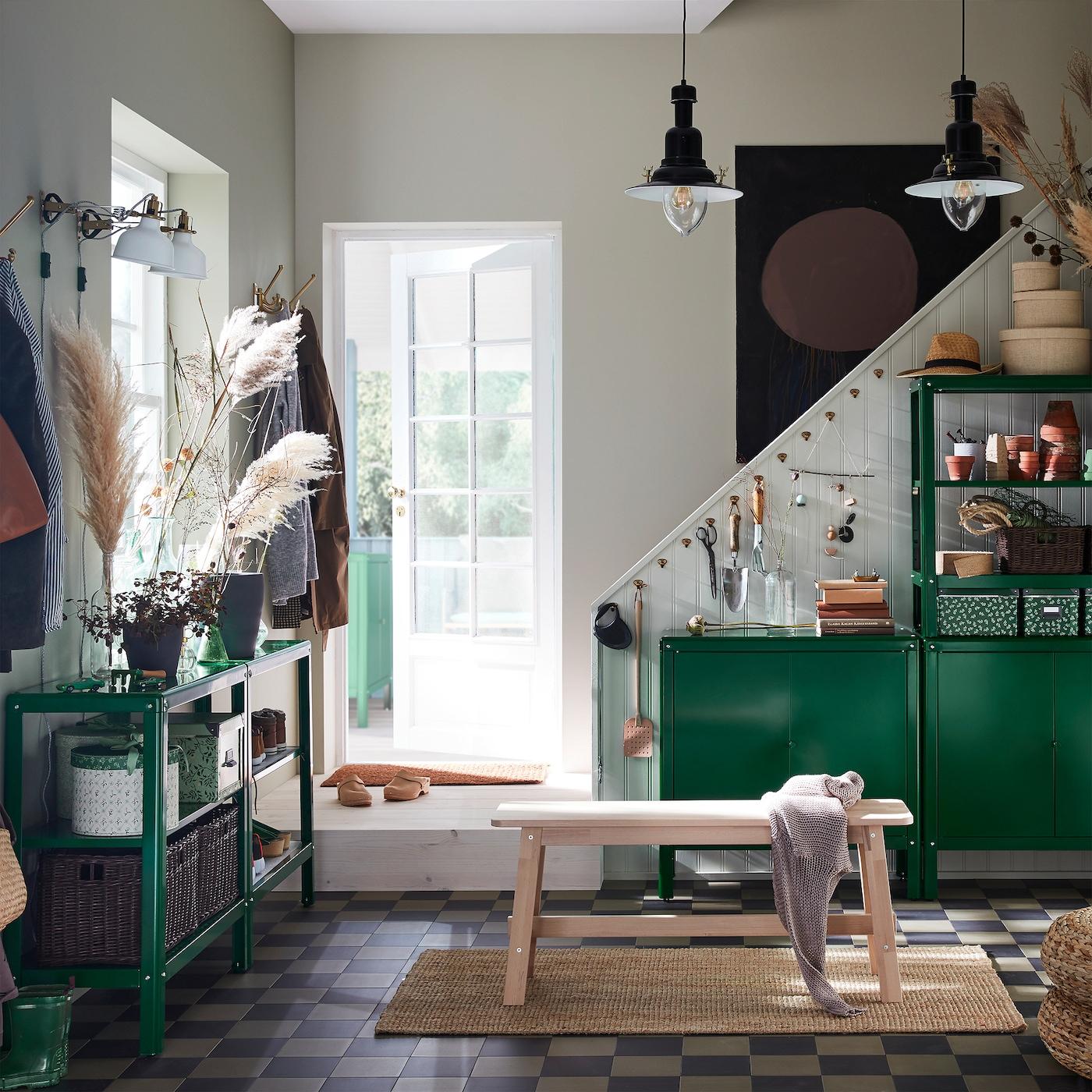 门厅配有绿色 KOLBJÖRN 科比约恩 搁架单元和柜子、桦木长凳、黄麻毯和两盏黑色吊灯。