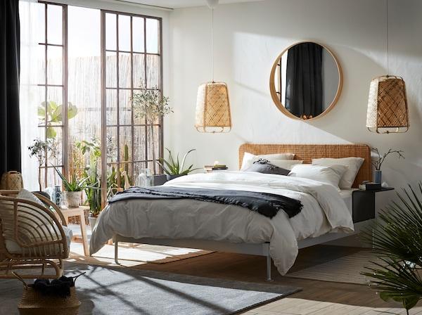 明亮的卧室里选用了多种天然材料,如藤条和竹子。床的附近有一扇大大的玻璃门,门外是户外区域。