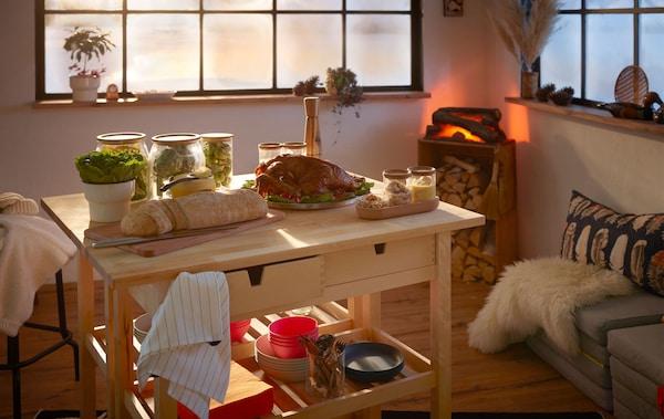 木屋风格的室内装饰,两个厨房推车上摆放着品种丰富的小型自助餐,角落里则有一个仿真壁炉。