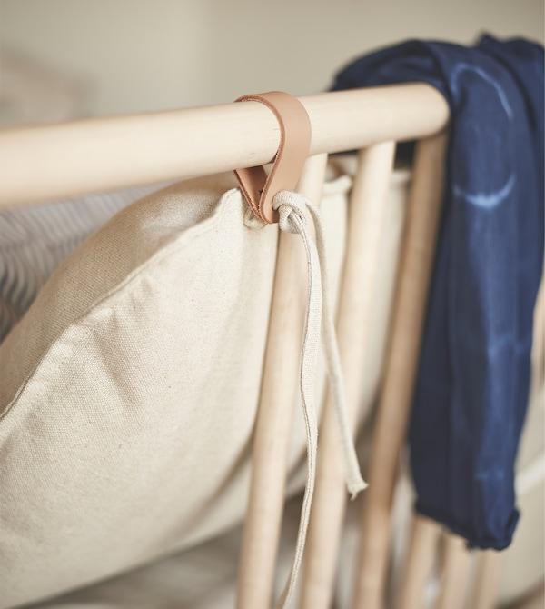 木质床架配皮革带。