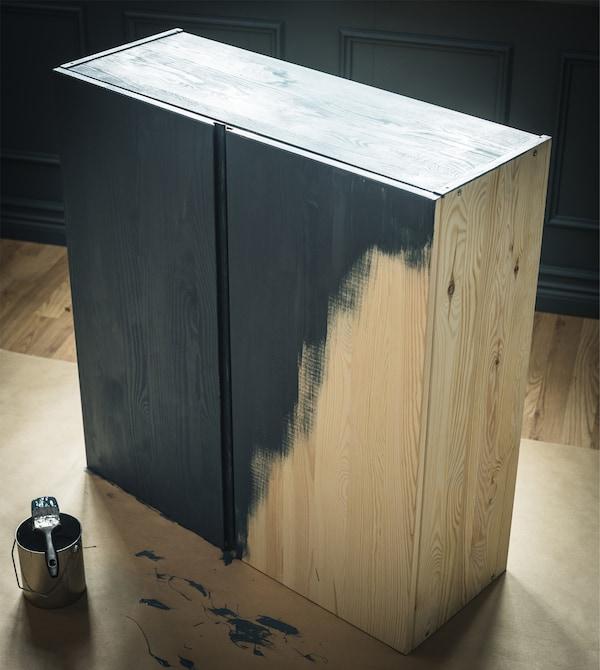木质 IVAR 伊娃 储物柜被定制涂成了绿色。