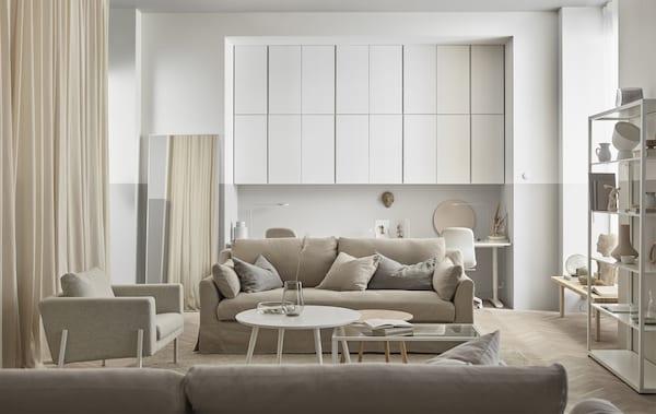 木质元素、奶白色调和玻璃相互交融,打造出一间轻松自然的客厅。