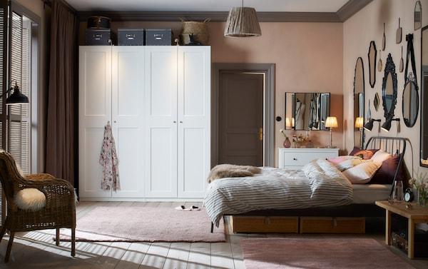 泥粉色和浅灰色的传统风格卧室内并排放着两个白色衣柜。
