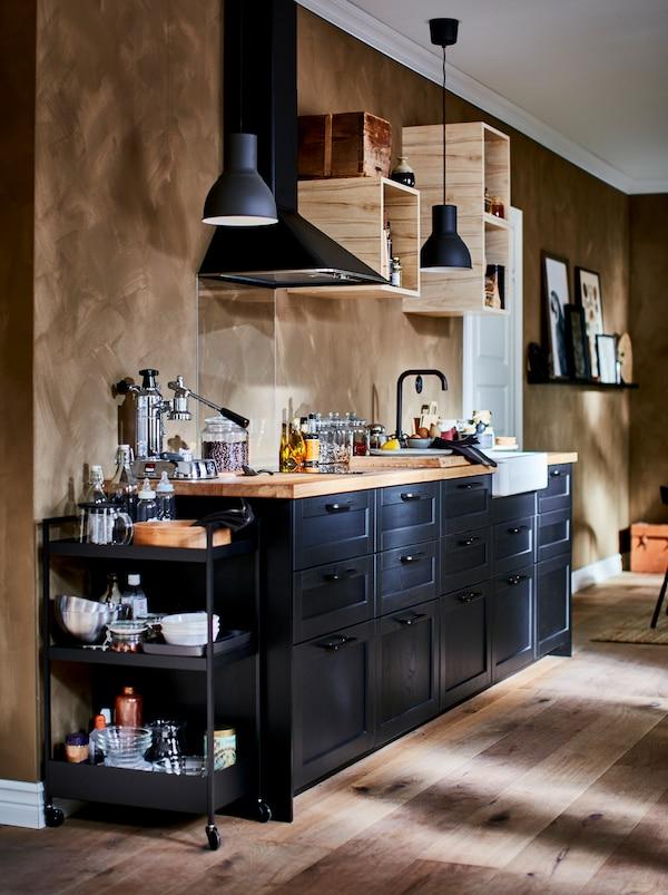 配备齐全的小厨房里有一个开放式的小壁柜、排气扇和深色的LERHYTTAN 雷尔休坦 抽屉前板。