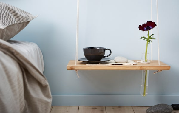 拼图:在墙上安装立方储物柜的自制床边桌创意;花盆上方有一块悬挂砧板和一个储物盒
