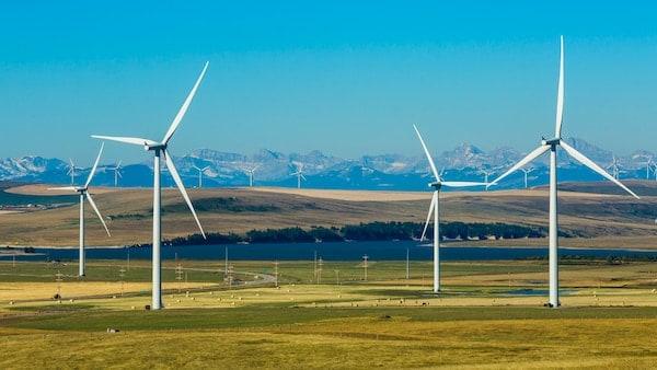 平原上有四个风力发电机