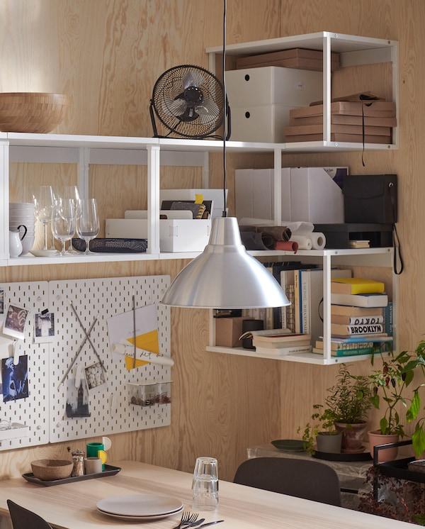 PLATSA 普拉萨 白色壁挂搁架单元安装在角落里。搁架上存放着书、杯子和迷你风扇等物品。