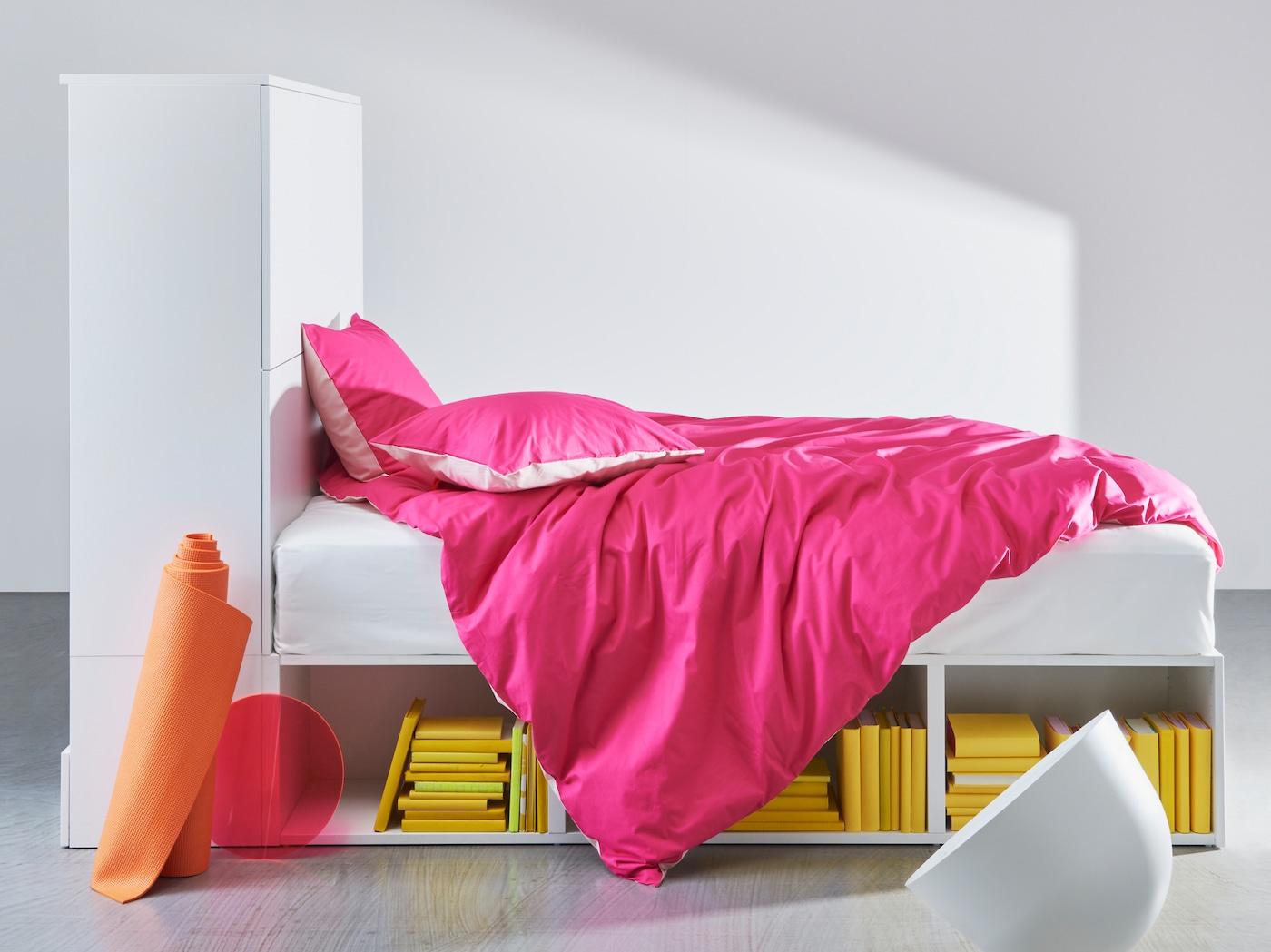 PLATSA 普拉萨 白色床架带储物,拥有床下开放式搁板和一端带门的封闭式储物。