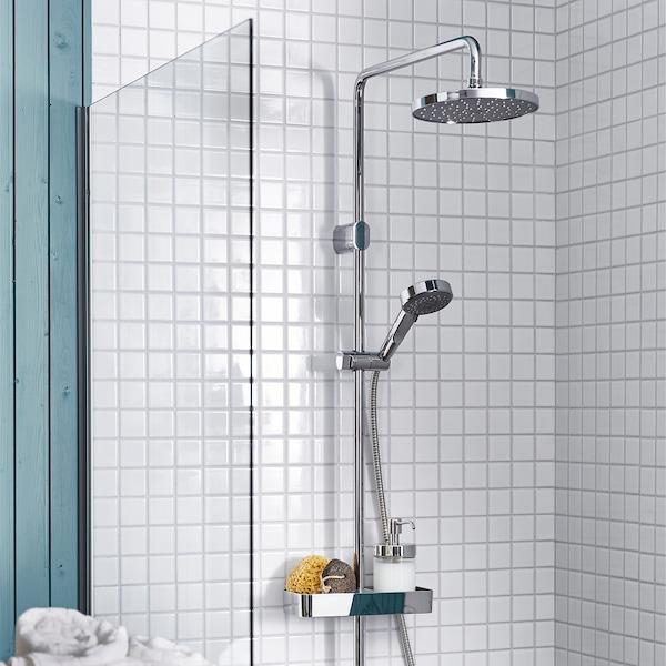 铺着白色瓷砖、装点着绿色的浴室中安装了 BROGRUND 布鲁格隆德 淋浴器。