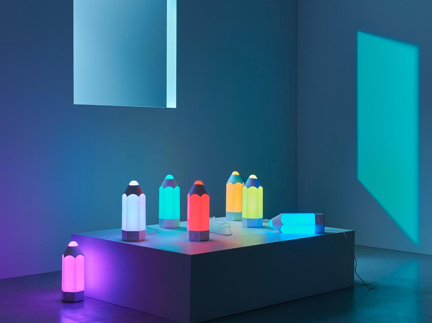 七盏俏皮铅笔造型的 PELARBOJ 培拉宝 台灯发出自带的七种不同颜色的光。