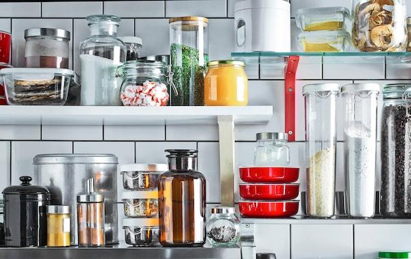 墙搁板适于存放最常用的厨房用品和食材。
