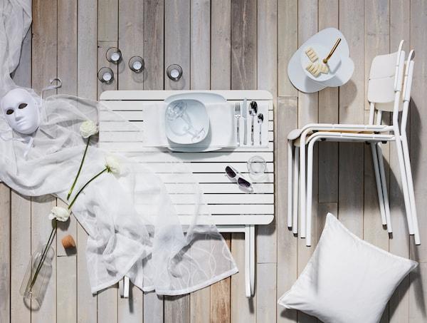 全白色晚餐用具布局,风格现代、简洁的线条和相配的纺织品;餐具,包括上菜架。