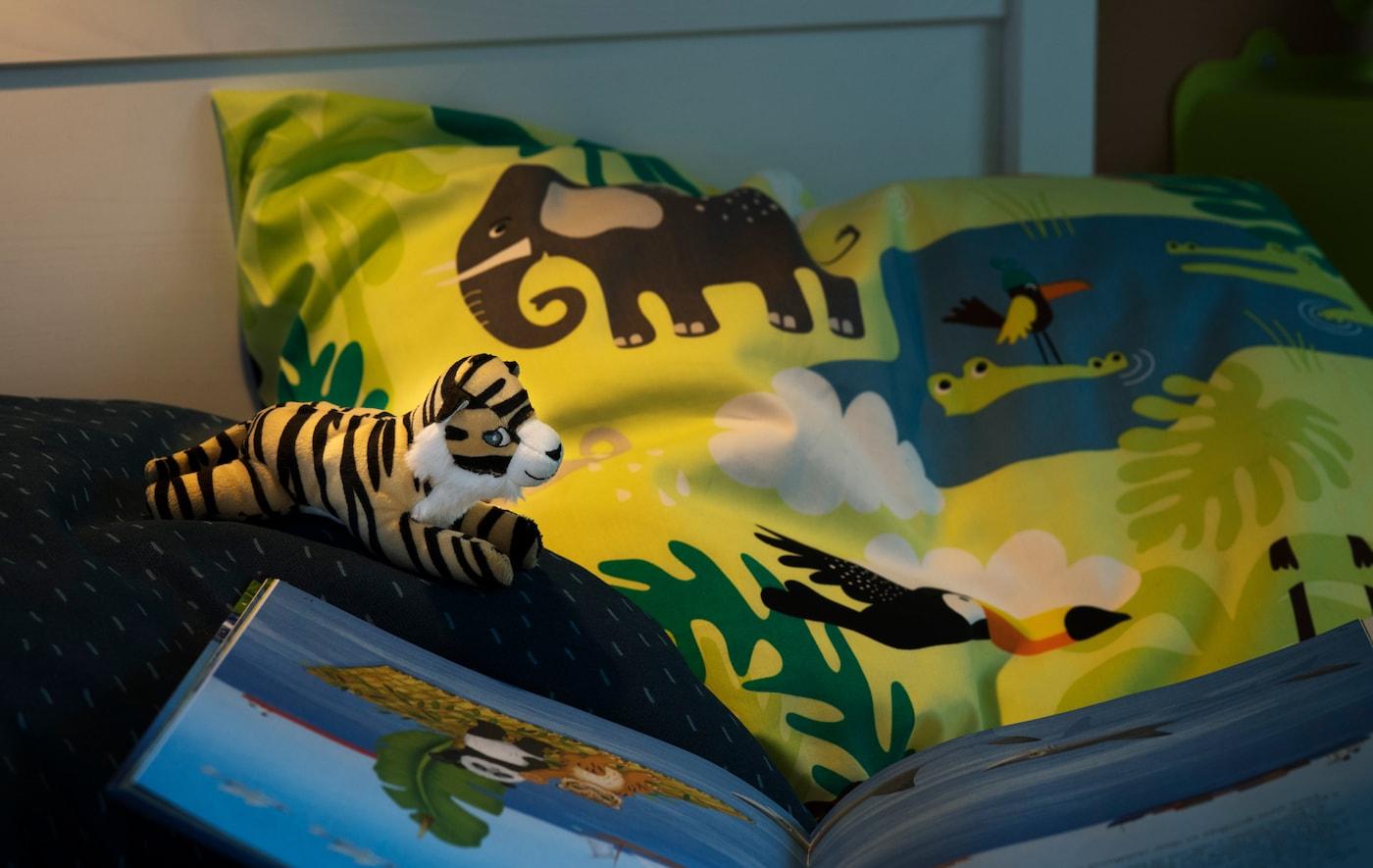让孩子舒服地睡在用莱赛尔纤维和可持续棉花混纺而成的柔软床上用品中。试试宜家 DJUNGELSKOG 尤恩格斯库格 动物印花被套和枕套吧。