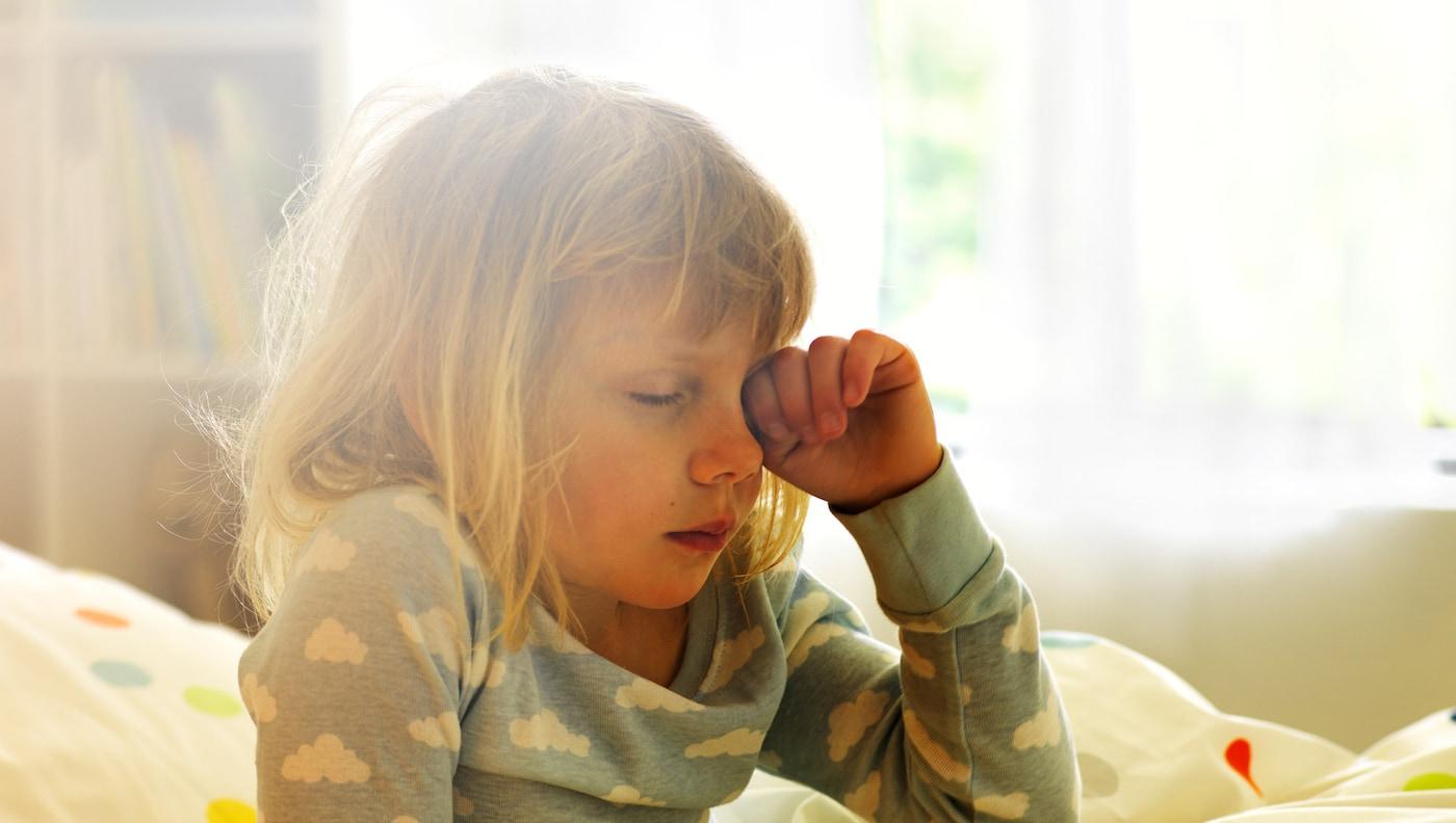 让家中洒满阳光。使用 TRÅDFRI 特鲁菲 应用程序和网关设置灯光,让全家人在渐变的暖光中醒来。