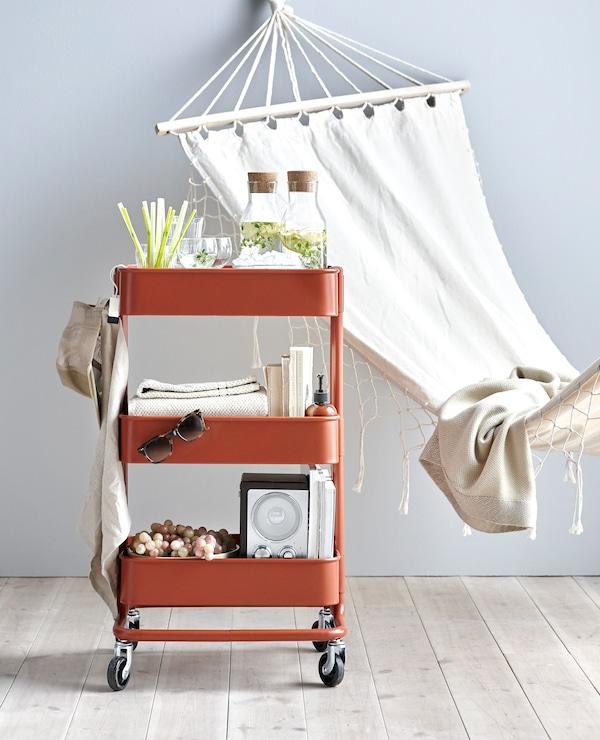 RÅSKOG 拉斯克 手推车还可以用来放饮料、书和音乐设备,让你尽享轻松愉悦。