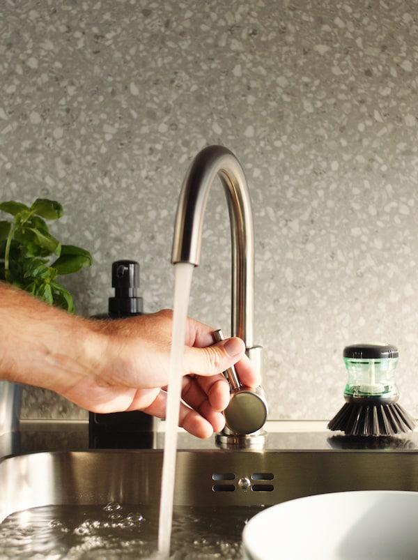 如何在家居生活中节能省水。