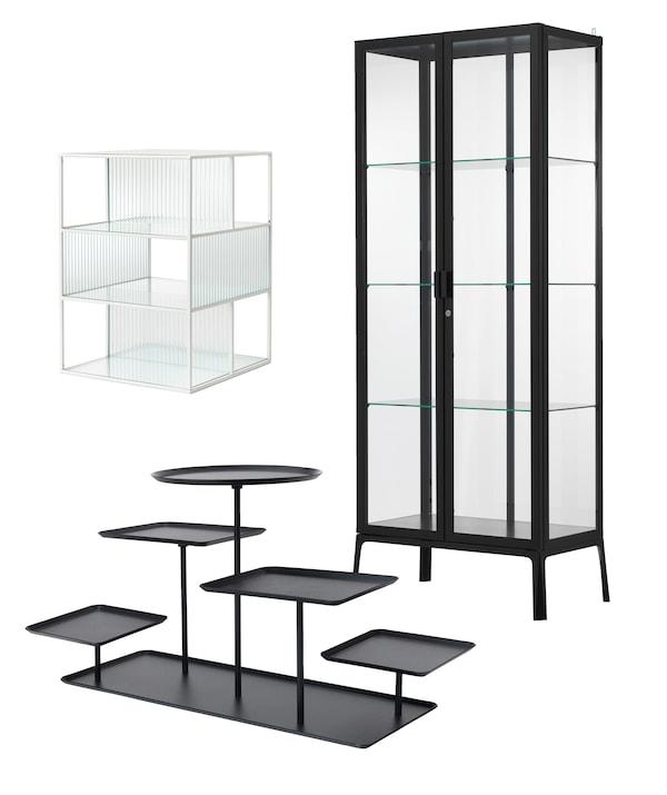 三款用于展示收藏品的产品:高大的 MILSBO 米斯伯 玻璃饰面储物柜,配黑色框架;SAMMANHANG 萨蒙汉 玻璃展示盒;以及 SAMMANHANG 萨蒙汉 黑色展示架,带5个托盘。