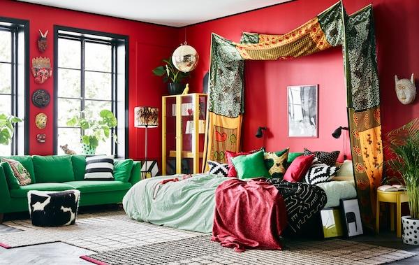 色彩亮丽的纺织品、五彩斑斓的家具和红色墙壁让卧室更独具一格。