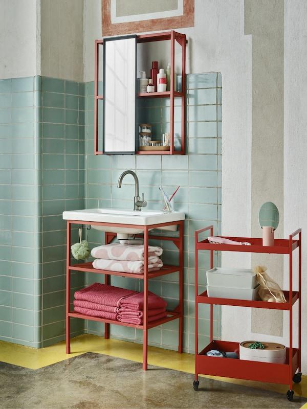 色调丰富的浴室中有一个橘红色的ENHET 安纳特 洗脸池柜,带头顶储物空间和炭灰/灰色镜子。
