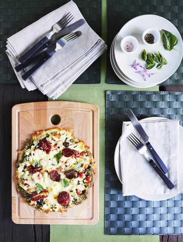 盛放在木板上的披萨。