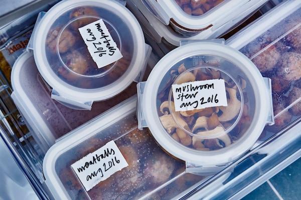 食物可装入标有日期与内容的塑料盛具,储存在冰箱中。