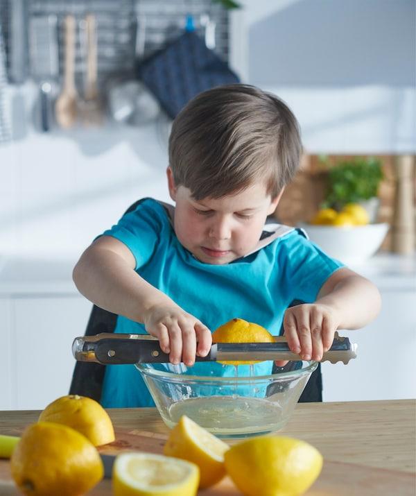 使用厨用镊子当做挤压杆,就可轻松挤出柠檬汁。