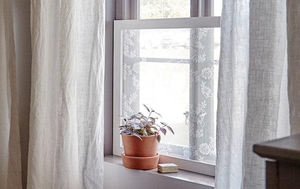 使用简便的窗帘边框,让阳光照射进来,把邻居家的噪音阻隔在外
