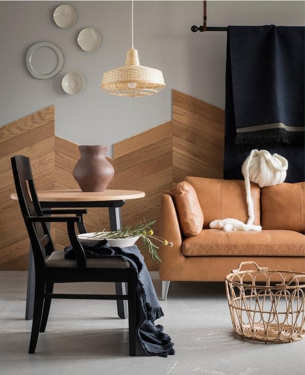 使用手工制品和天然材料提升格调。试试宜家 STOCKHOLM 斯德哥尔摩 2017羊毛棉花混纺手织蓝色地毯。它采用蓝色羊毛线手工编织而成,带有手工打结的流苏和结构分明的图案。