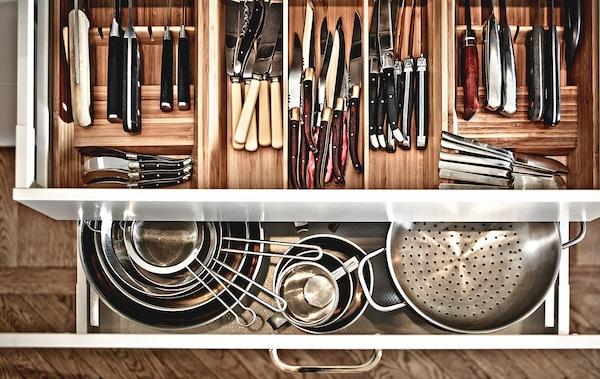 使用托盘和隔板,让你的餐具抽屉保持整洁有序。
