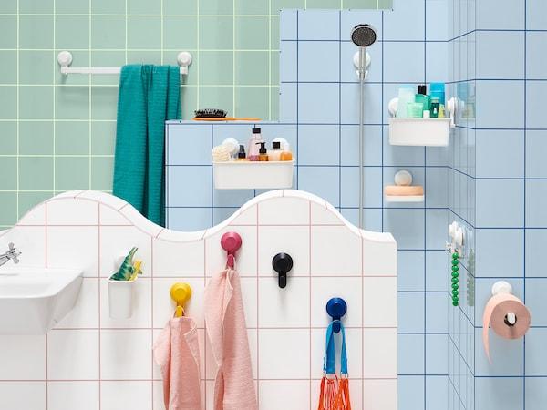 使用无需钻孔的宜家 TISKEN 提斯科恩 带吸盘毛巾架在浴室内挂毛巾。可伸缩的白色挂架最大承重量可达3公斤。瓷砖上还装有其他 TISKEN 提斯科恩 配件,如挂钩和篮子。