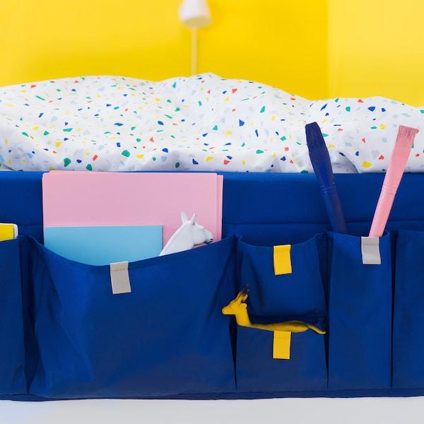使用宜家 MÖJLIGHET 莫伊里黑特 床边挂袋,方便你随手拿取孩子们的必需品。亮蓝色的床边挂袋采用聚酯纤维制成,提供不同尺寸的口袋,并可挂在儿童床边。