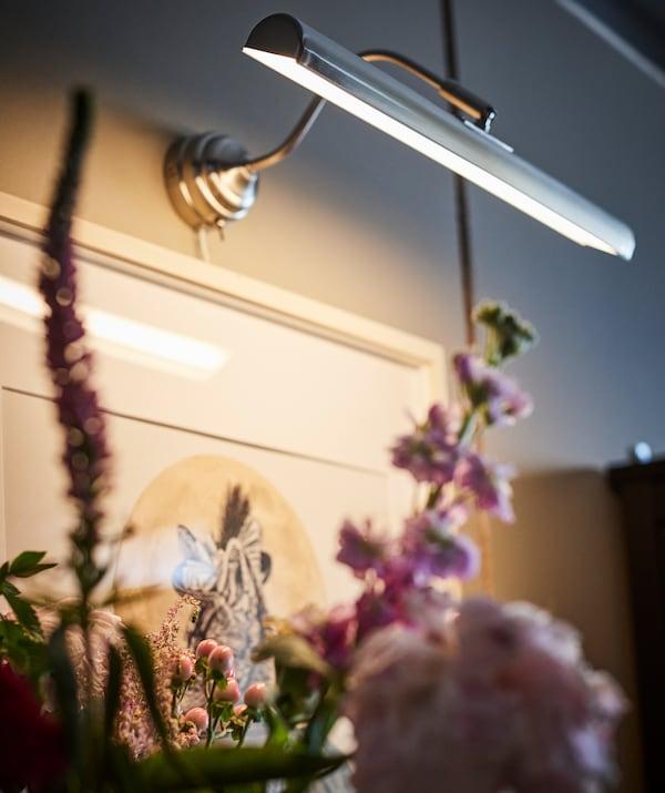 使用宜家 ÅRSTID 奥思迪 图片照明灯,确保你最喜欢的艺术作品得到应有的关注。