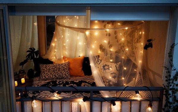 室外所见的封闭式阳台夜景,完全采用卧室的装饰方式,饰有情调照明等一切所需装饰。