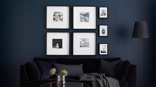 饰有镶框黑白照片的照片墙。