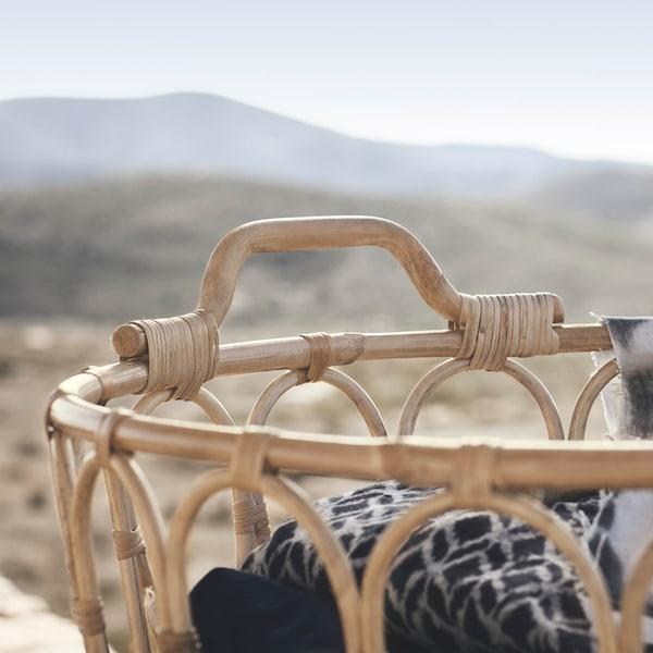 手工编织的 SNIDAD 斯尼达 藤条篮筐可以将毯子和枕头都整齐收纳好,同时为家里增添温暖、质朴的感觉。