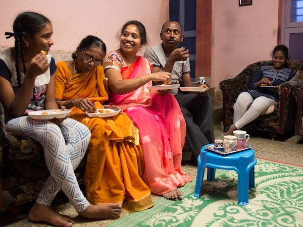 首家商场开业前,宜家曾受邀到印度很多家庭探访。