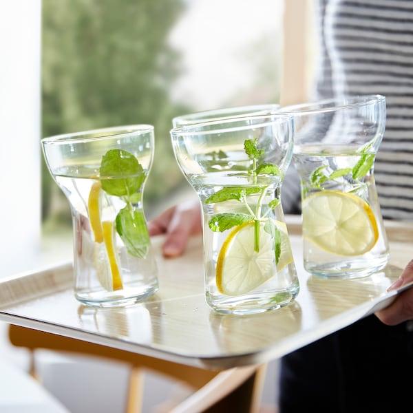 四个 OMTÄNKSAM 沃姆安克萨姆 杯子摆放在倾斜的 FÖRMEDLA 菲梅德拉 托盘上。防滑表面让杯子稳立不倒。