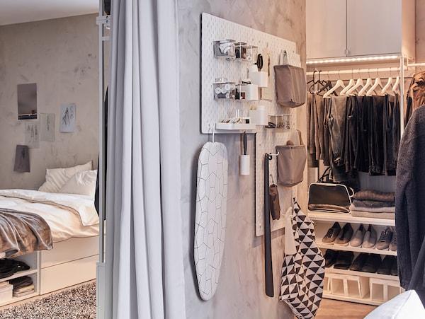 SKÅDIS 斯考迪斯 钉板和配饰悬挂在狭窄的墙面上,用于收纳衣物保养品。