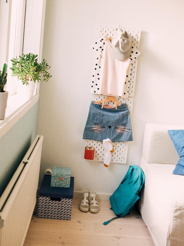SKÅDIS 斯考迪斯 钉板可以收纳学生第二天要用的全套装备,包括她的袜子、书包和鞋。